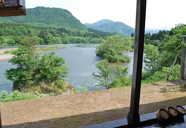 露天風呂からの阿賀野川の眺望、どこまでも広がる美しい山々も魅力