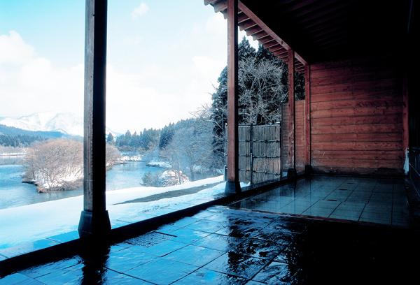 冬の露天風呂は、水墨画のような景色。雪見風呂を存分にお楽しみください。