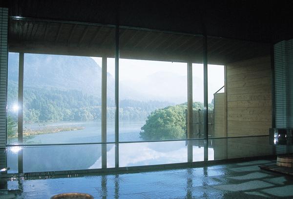 男性用大浴場「ともしびの湯」。内湯からも雄大な阿賀野川の大パノラマを望むことができます。