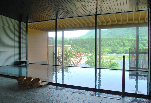 女性用大浴場「彩の湯」。阿賀野川の眺望を一望できる大きな窓ガラスを内湯に設置しています。ゆっくりと川の流れと野鳥を眺めながら温泉を満喫してください。