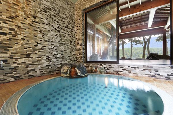 大人4~5人でも入れる大きさで、露天風呂の他にも昔懐かしの円形の内湯もお楽しみいただけます。