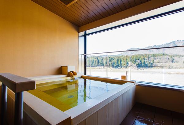 心落ち着く和の造り。露天風呂付き客室「そよかぜ」のお風呂です。