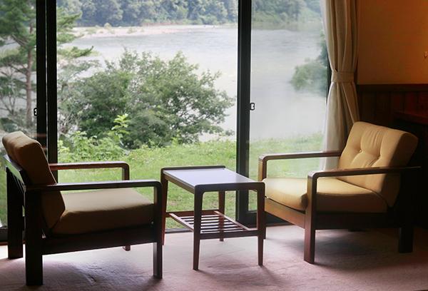 コンパクトな窓から眺める阿賀野川は、絵画のようです。河鵜や青鷺が優雅に飛ぶ姿を眺められます。また、遠く対岸にはSL列車や夜行電車がみえることも。