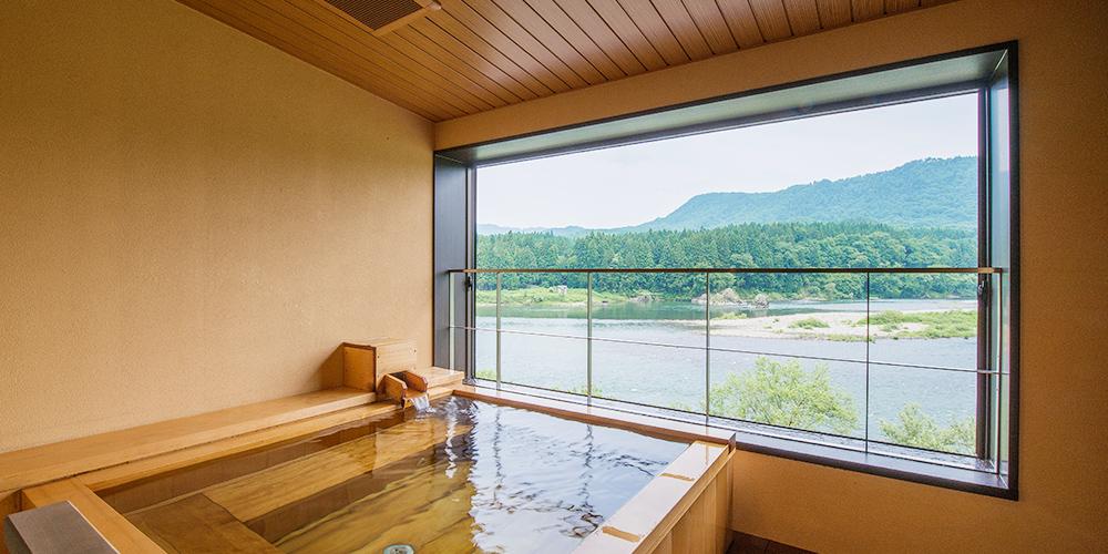 阿賀野川を望む香り高いひばの温泉露天風呂。開放的な空間でぞんぶんに温泉を楽しんでくださいませ。
