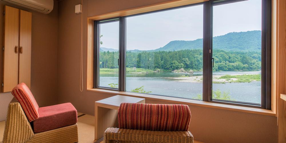 お部屋は全て阿賀野川を眺められる造り