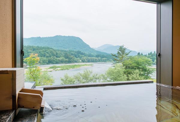 斬新な和モダンの造り。露天風呂付き客室「せせらぎ」のお風呂です。
