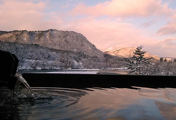 冬には雪の白と山肌の黒のコントラストが美しい景色をご覧いただけます