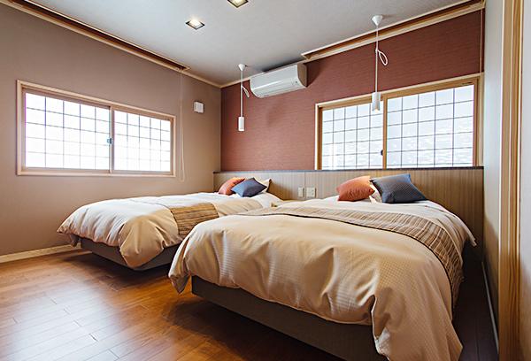 寝室にはシモンズベッドを。ゆっくりと旅の疲れを癒やしてくださいませ。